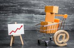 Supermarket fura ładował z udziałami pudełka i czerwienią w górę strzały Online sprzedaże i promocja handlu elektronicznego, prod fotografia royalty free