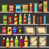 Supermarket lagerhyllor med livsmedelprodukter Snabbmatmellanmål och drinkar med prislappar på de plana kuggarna -