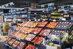 Supermarket med hyllor av mat och drycker Merkur i Österrike Royaltyfri Bild