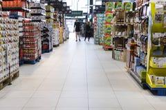 Supermarket med hyllor av mat och drycker Merkur i Österrike Royaltyfria Foton