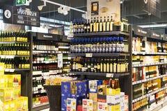 Supermarket med hyllor av mat och drycker Merkur i Österrike Arkivfoto