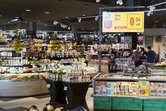 Supermarket med hyllor av mat och drycker Merkur i Österrike Royaltyfri Fotografi