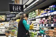 Supermarket med hyllor av mat och drycker Merkur i Österrike Arkivbild
