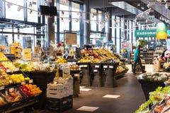 Supermarket med hyllor av mat och drycker Merkur i Österrike Arkivbilder