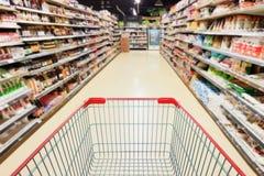 Supermarket nawa z pustym wózek na zakupy obraz royalty free