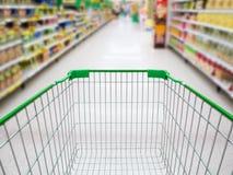 Supermarket nawa z pustym zielonym wózek na zakupy Zdjęcia Stock