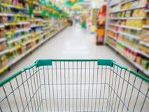 Supermarket nawa z pustym zielonym wózek na zakupy Zdjęcie Stock