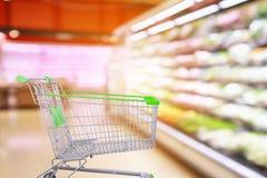Supermarket nawa z warzywami z pustym wózek na zakupy zdjęcie royalty free