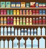 Supermarket odkłada z przekąskami i napojami Fotografia Royalty Free