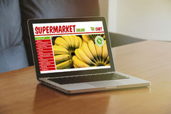 Supermarket online strona internetowa w laptopie fotografia royalty free