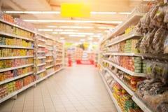 Supermarket półki w rozmytym i nawa obrazy royalty free