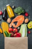 supermarket Pappers- påse mycket av sund mat arkivbilder