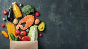 supermarket Pappers- påse mycket av sund mat arkivbild