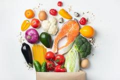 supermarket Pappers- påse mycket av sund mat fotografering för bildbyråer