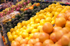 Supermarket som säljer färgglad frukt i Hong Kong Royaltyfri Bild