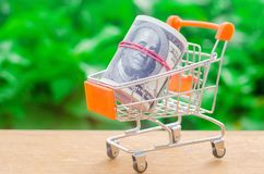 Free Supermarket Trolley On A Green Background. The Concept Of Shopping Online. Place Market, Commerce, Internet Commerce. Ordering Royalty Free Stock Image - 128530126