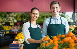 Supermarket workers selling oranges Royalty Free Stock Images