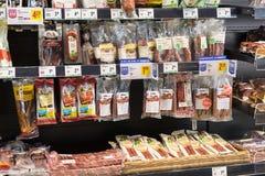 Supermarket z półkami jedzenie Merkur w Austria i napoje Fotografia Stock