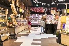 Supermarket z półkami jedzenie Merkur w Austria i napoje Zdjęcia Stock