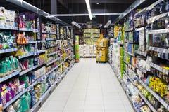 Supermarket z półkami jedzenie Merkur w Austria i napoje Obrazy Royalty Free