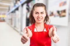 Supermarketa pracownik robi aprobata gestowi fotografia stock