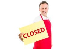 Supermarketa pracownika męski mienie zamykający znak Obraz Stock
