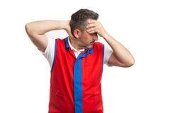 Supermarketa pracownika macania plecy szyja i czoło jako bólowy pojęcie zdjęcie royalty free