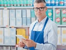 Supermarketa urzędnik używa pastylkę Zdjęcia Royalty Free