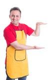 Supermarketanställd som gör en gest något som är stor mellan händer royaltyfria bilder