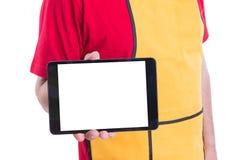 Supermarketanställd som rymmer den digitala minnestavlan med copyspace royaltyfria foton