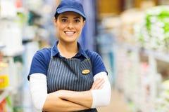 Supermarketarbetarstående Arkivfoto
