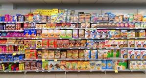 Supermarketcornflakes och andra sädes- produkter arkivfoton