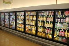 Supermarketgångfruktsaft Royaltyfri Bild