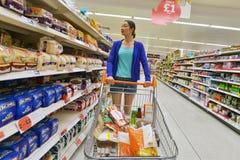 Supermarketgångsikt arkivbilder