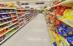Supermarketgångsikt arkivfoto