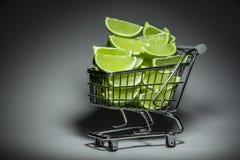 Supermarketspårvagn med skivor av limefrukt Royaltyfria Foton