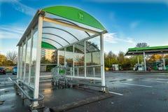 Supermarketspårvagnar utanför stormarknad i Stevenage och bensinstation i bakgrunden Punkt för retur för shoppingvagnar på en par fotografering för bildbyråer