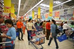 Am Supermarkt stockfoto