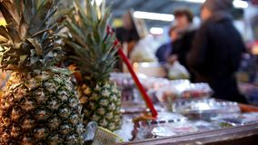 Supermarkt - Ananas in Frucht Abteilung stock video