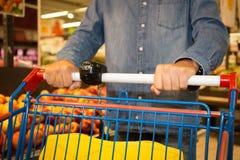 Supermarkt customer& x27; s handclose-up met vruchten op achtergrond royalty-vrije stock fotografie
