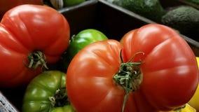 Supermarkt: Frische Erbstück-Tomaten Stockfotos