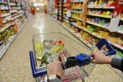 Supermarkt-Gang-Ansicht stockbilder