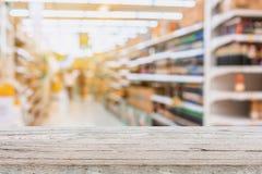 Supermarkt-Gang mit Produkt auf Regalen Stockbilder