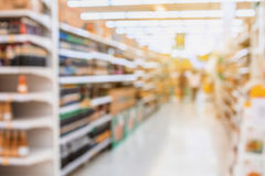 Supermarkt-Gang mit Produkt auf Regalen Lizenzfreie Stockfotografie