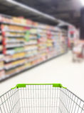 Supermarkt-Gang und Regale stockbild