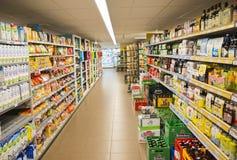 Supermarkt in Holland met rekkenhoogtepunt van voedsel Stock Afbeeldingen