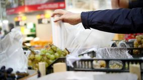 Supermarkt - Kunde benutzt Plastikpaket in Frucht Abteilung, defocused stock video