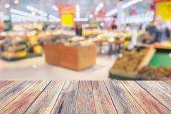 Supermarkt mit frischen Obst und Gemüse auf Regalen im Speicher Stockfotografie