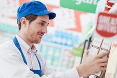 Supermarktbediende op het werk stock foto
