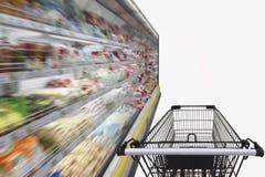 Supermarktdoorgang met leeg boodschappenwagentje Stock Fotografie